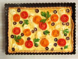 Tartă cu roșii cherry, brânză de capră și măsline